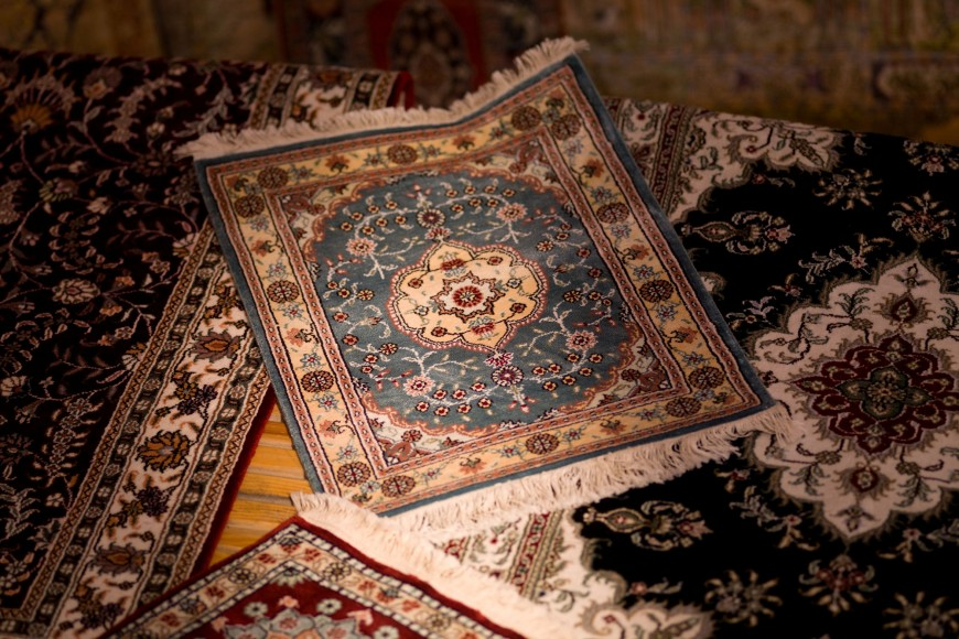 Choice between hand-woven and machine-woven rug and carpets